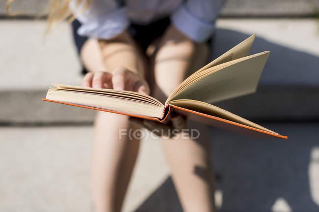 Женщина читает книгу — стоковое фото