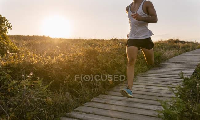 Людина біжить вздовж прибережних стежок — стокове фото