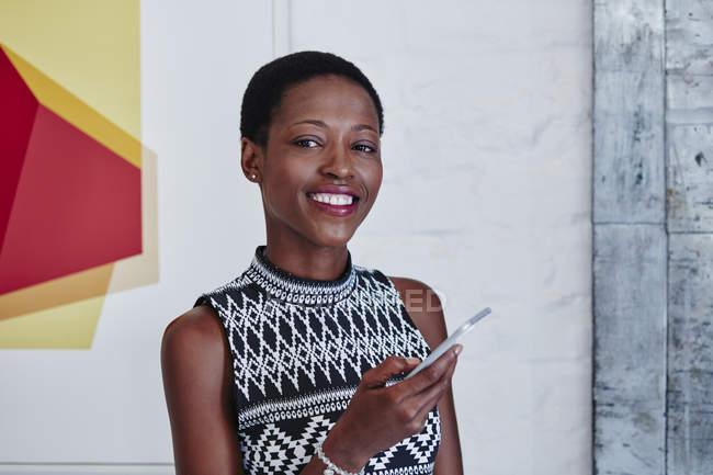 Портрет усміхненої жінки зі смартфоном. — стокове фото