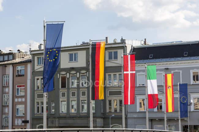 Verschiedene Flaggen in der Stadt, Carinthia — Stockfoto