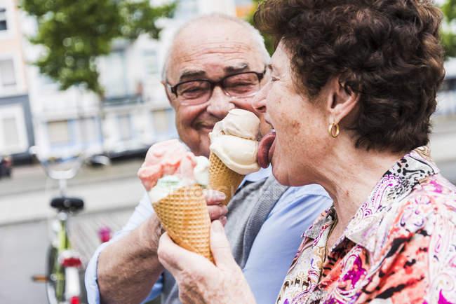 Seniorenpaar isst gerne Eis — Stockfoto