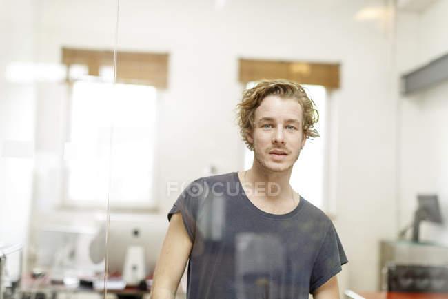 Junger Mann im Amt — Stockfoto