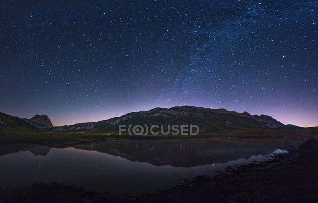 Lac Pietranzoni par nuit — Photo de stock