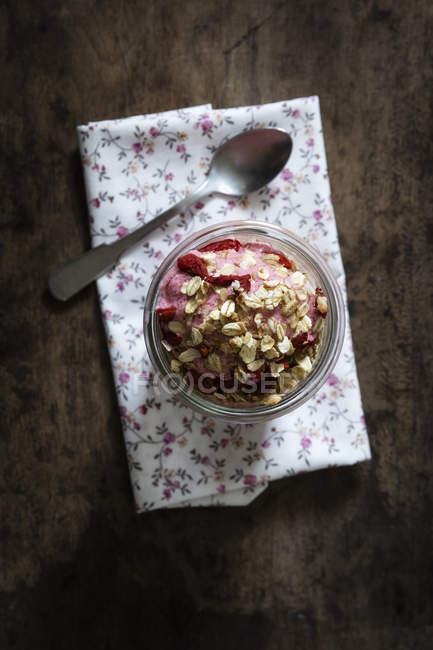 Strawberry frozen yogurt, topping oat flakes — Stock Photo