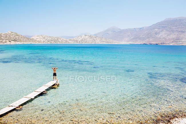 Îles de Grèce, Cyclades, Amorgos, mer Égée, homme debout sur le bord d'un quai en bois — Photo de stock