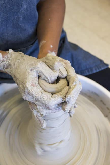 Frau, die in einer Keramikwerkstatt mit Ton arbeitet — Stockfoto
