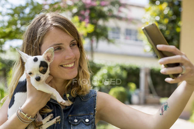 Woman taking selfie with her Chihuahua — Stock Photo