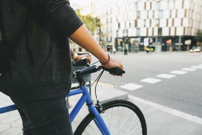 Adolescente com uma bicicleta fixa na cidade — Fotografia de Stock