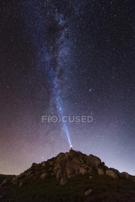 Spagna, l'uomo illumina il cielo in una notte stellata con il raggio blu — Foto stock