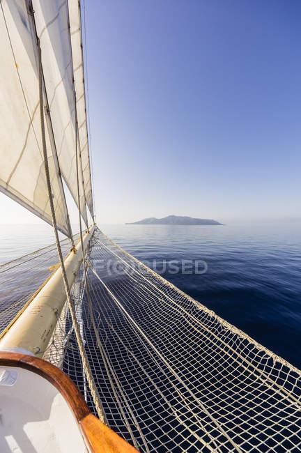 Парусник на Эолийских островах — стоковое фото