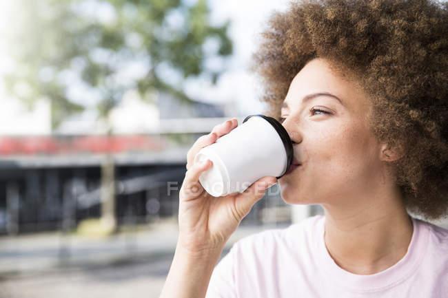 Молодая женщина пьет кофе — стоковое фото