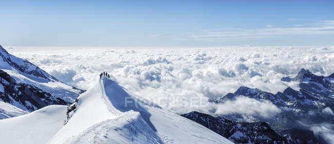 Italien, Gressoney, Castor, Bergsteiger auf dem Gipfel — Stockfoto