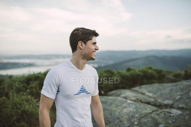 Тропа бегун человек, стоящий на природе — стоковое фото
