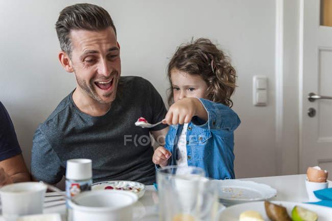 Отец и дочь завтракают вместе — стоковое фото