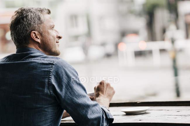 Uomo maturo che si siede nel caffè — Foto stock