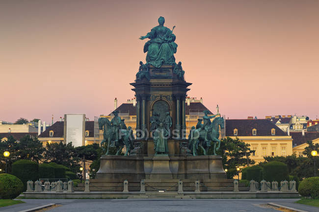Austria, Vienna, Maria-Theresien-Platz, Maria Theresa Memorial in front of Museumsquartier — Stock Photo