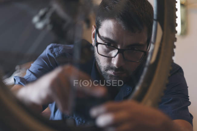 Portrait de mécanicien en atelier de réparation de vélo — Photo de stock