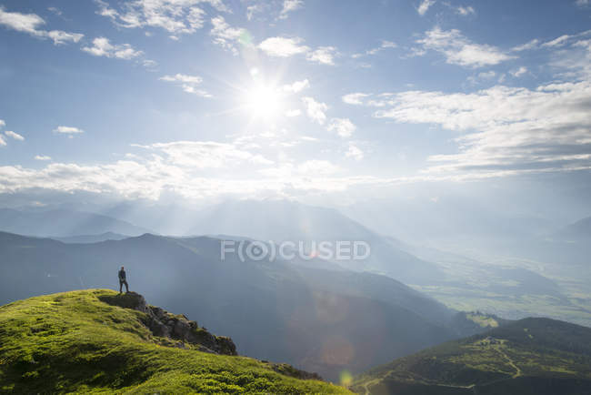 Hiker on the top of the mountain — Stock Photo