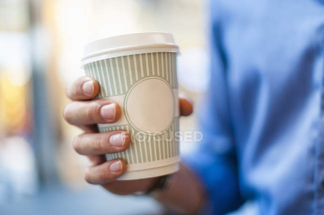 Close-up of male Hand holding takeaway coffee — Stock Photo