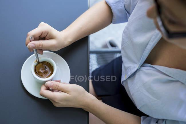 Mujer de negocios sentada en la cafetería al aire libre - foto de stock