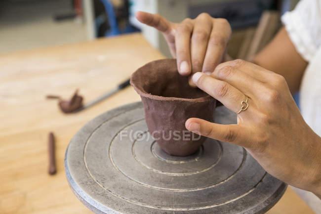 Жінки, що працюють з глину в кераміку майстерні — стокове фото
