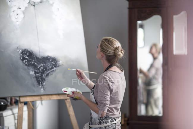 Жінка художник живопис на полотні — стокове фото