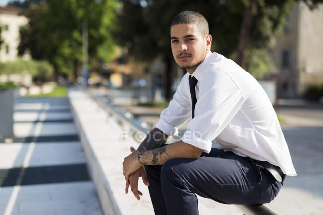 Giovane uomo d'affari con tatuaggi — Foto stock