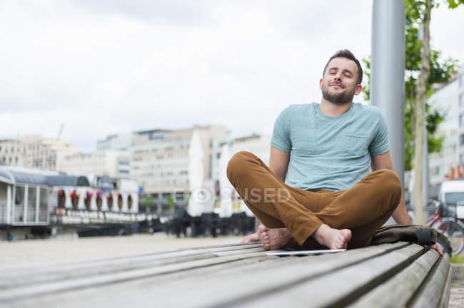 Расслабленный молодой человек — стоковое фото