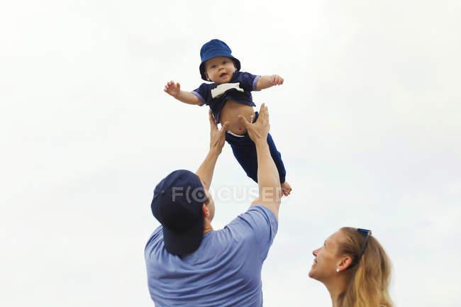 Indonesia, Bali, genitori felici con bambino in spiaggia — Foto stock
