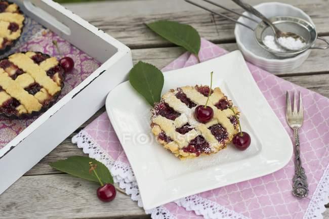 Tortino con ripieno di ciliegia — Foto stock