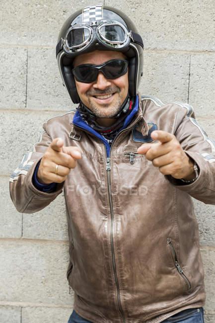 Lunettes de soleil pointant dans la visionneuse de biker — Photo de stock