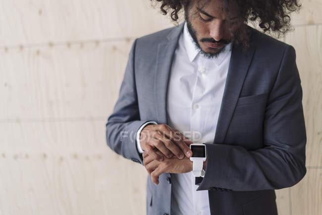 Geschäftsmann mit Smartwatch — Stockfoto