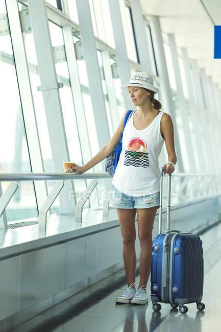 В'єтнам, Хо Ши Мін Сіті, молода жінка з в аеропорту Прокат чемодан — стокове фото