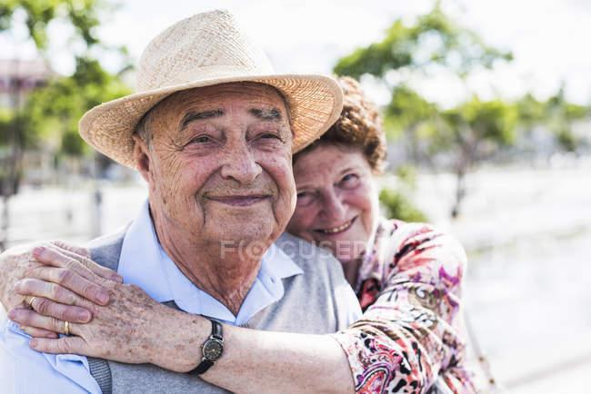Senior couple sitting on bench — Stock Photo