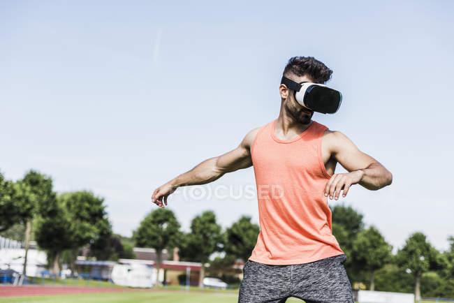 Athlete wearing virtual reality glasses — Stock Photo