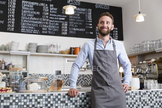 Lächelnde Barista in einem café — Stockfoto