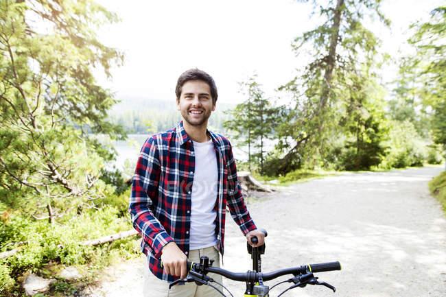 Junger Mann reiten Fahrrad in der Natur — Stockfoto