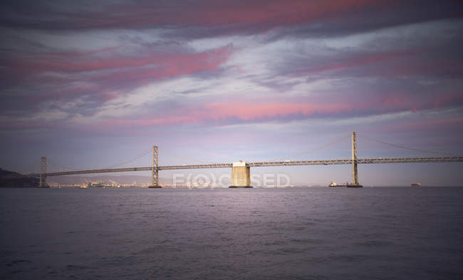 Міст через затоку на заході сонця — стокове фото