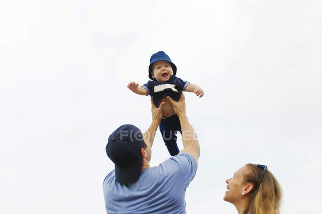 Indonesia, Bali, Happy parents with baby at the beach — Stock Photo