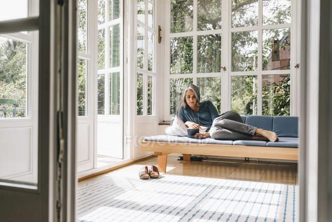 Frau liegt auf lounge — Stockfoto