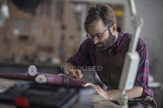 Uomo barbuto scultore lavora nello studio — Foto stock