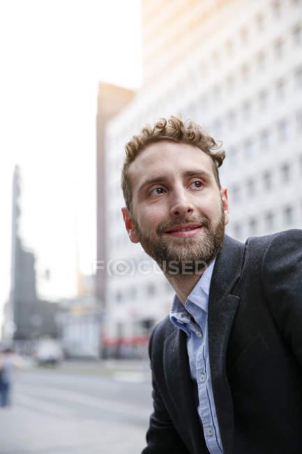 Молодой бизнесмен в городе — стоковое фото