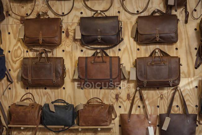 Sacos de couro pendurados na parede — Fotografia de Stock