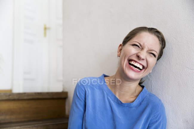 Rindo jovem mulher em passos — Fotografia de Stock