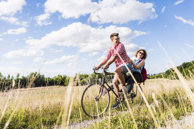 Young couple on bicycle tour — Stock Photo