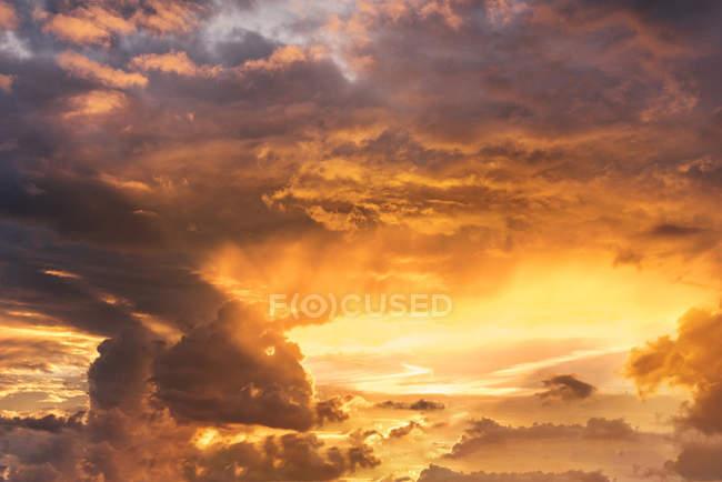 Beau coucher de soleil avec les nuages colorés — Photo de stock