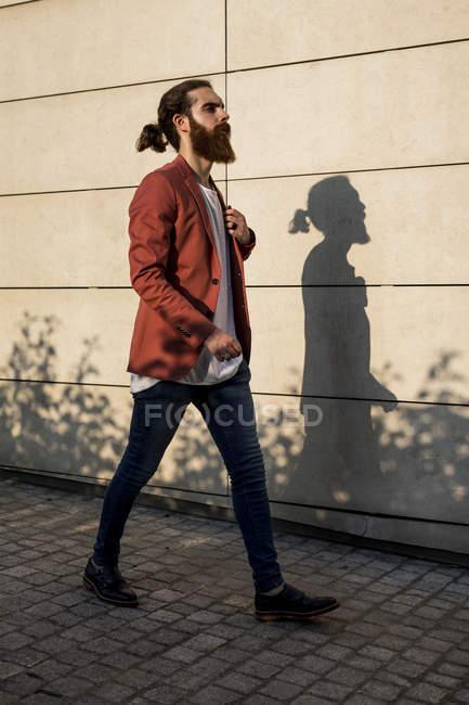 Uomo a piedi in città — Foto stock
