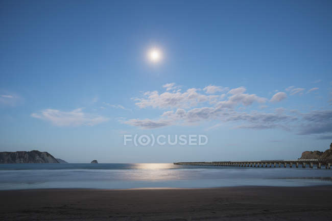 Місячне світло, розмірковуючи про океан — стокове фото