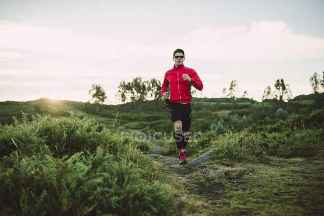 Trail corridore uomo formazione nella natura — Foto stock