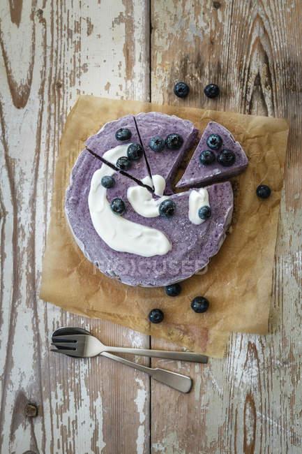 Чорничний пиріг на випічки паперу з ложкою клубі вилки, продовольчої сировини — стокове фото